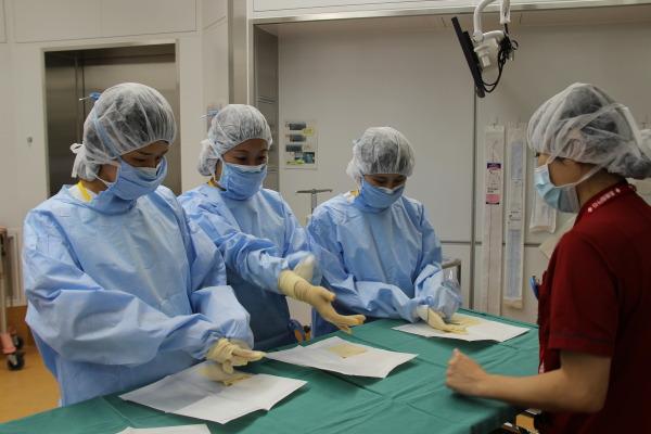 H27手術部副看護師長による術衣の着用