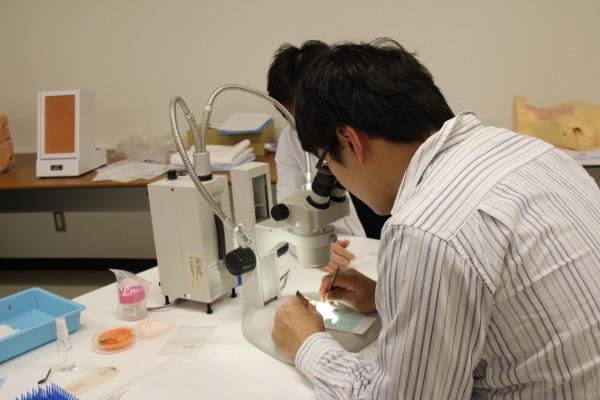 脳神経外科「卓上顕微鏡を用いた1mm微小血管吻合」